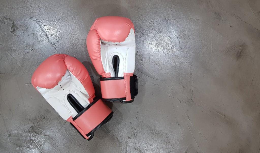 Duas luvas de boxe no chão